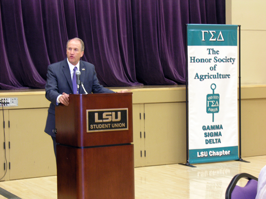 Dr. Stuart Bell speaks during the 2013 Gamma Sigma Delta Spring Awards Banquet.